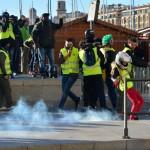 מתחמקים מרימוני הגז  צילום: עמית מנדלזון