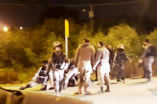 מעצר החיילים שניסו לשחרר מיידי אבנים  (צילום ארכיון: הקול היהודי - טוביה לוי)