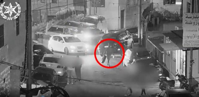 החשוד בדרכו כשהוא אוחז במיכל עם דלק וצמיג להבערה (צילום מסרטון אבטחה)