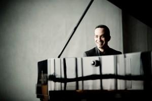 """בענן סמיך של קלסתרים מלאי מסתורין – עמוד אוויר שהלך והתעבה והצטמק לסירוגין – פתחה התזמורת הפילהרמונית את הקונצרט עם """"גופה נפלאה"""" – יצירתו של המלחין השבדי אנדרס הילברג. כל הטוטי התזמורתי – הנבל, הפסנתר, הצ'לסטה, ובעיקר כלי הנשיפה וכלי ההקשה  סייעו להבשלתה של סופה סוערת של מקצבים. התעלו על עצמם בברק הנגינה בעיקר החצוצרות. השימוש של אנדרס הילברג בקולאז'ים של צבע ובצירופים מרתקים של תזמור, ובעיקר בניית המתח הצפוף של כלל התזמורת – הפכו את השמעת הבכורה של היצירה למרתקת, אם כי הייתה קצת פומפוזית ונעדרה כיווניות.   פסטורלה באיטיות מהורהרת פתח הפסנתרן עטור הפרסים יונתן ברנתן את הקונצ'רטו השני (בדו מינור) של רחמנינוב. התזמורת נענתה לו בחום וברכות קטיפתית. הסולן קצת """"פירק"""" את הדיאלוג בינו לבין התזמורת עד שהיה נדמה שאיש איש ניגן לנפשו. העדר הלכידות בנגינת התזמורת ובין הסולן לטוטי התזמורתי  –  צרם. בעיקר הפריע העדר בנייה וכיווניות, ויותר מכך – העדר  שירתיות.  להלכה הקונצ'רטו השני של רחמנינוב הוא פסגת הרומנטיקה – ומותר לכן לסולן להפליג בהאטות ובאקצ'לרנדו. אך מן הסתם כשתחת ריחוף מלא ברק יש ארפז'ים שמנוגנים בצליל נקישתי רועם ובמהירות מסחררת – קשה להתענג על המסתורין הרומנטי של רחמנינוב. התזמורת נענתה לסולן באנדרלמוסיה ובאיטיות מופלגת. את הפרק האיטי ניגנה התזמורת במריחה שמאלצית כשהסולן לא מצליח לבנות קו מלודי. ניגודי הפתע בקצב ובדינאמיקה – לא תרמו לזרימה בין הסולן לתזמורת. רק כשהגיע לפרק המהיר החותם  - השתחרר הסולן וניתן היה ליהנות מיכולותיו, - אם כי גם כאן, תחת שקיפות הייתה הבלטת יתר של המקצבים בפומפוזיות.   כהדרן ניגן הפסנתרן את הסיומת לסונטה השביעית של פרוקופייב. כאן ניתן היה ליהנות  מההומור הקונדסי של המלחין ומכישרונו של המבצע. במיטבו היה המנצח אלן גילברט בביצוע ה""""סימפוניה אספנסיבה"""" – הסימפוניה השלישית (אופ' 27) של קרל נילסן. התזמורת ניגנה בצליל רחב ובלכידות מרשימה בהבליטה את הסינקופות המחודדות של היצירה. המנצח הדגיש את הקצביות של הסימפוניה ואת ניגודי הנושאים המאפיינים את הסימפוניה. אפשר היה להתענג על עושר הסולמות ועל שלל הנושאים הריתמיים  והכרומטיים ובעיקר על יכולותיהם המרשימות של כלי הנשיפה - מתוכם בלטו החלילים והאבובים. הריתמיות והקצב המסחרר של הפתיחה, המשחקים היפים בין החליל """