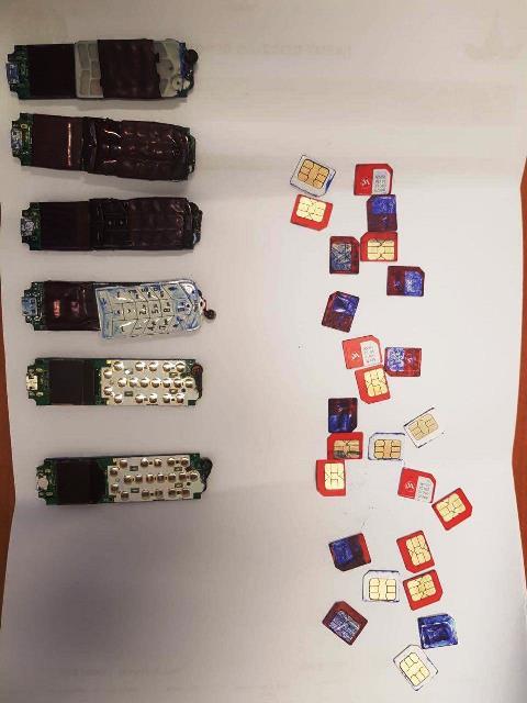 כרטיסי סים ומכשירים סלולריים שהוסלקו על גוף הילדים שהגיעו לביקור