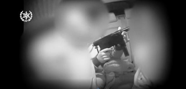 ביצוע המכירה במצלמה סמויה (צילום מסרטון המשטרה)