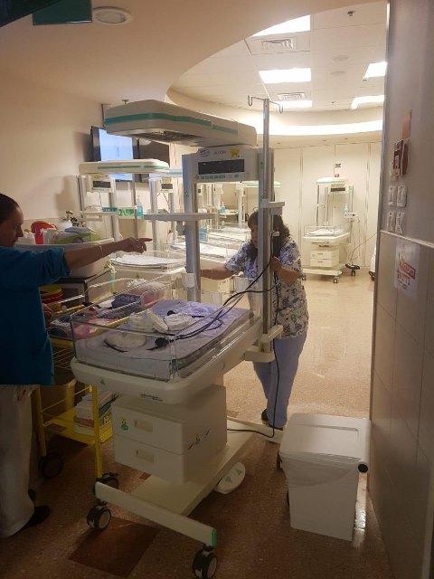העברת ציוד רפואי לאזורים ממוגני ירי בסורוקה (צילום: דוברות סורוקה)