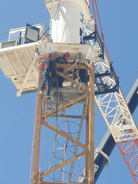 חילוץ עם חבלים (צילום: דוברות כיבוי האש)