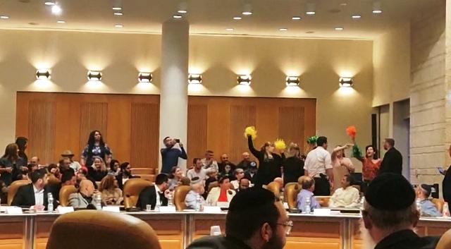 """""""המעודדות"""" בפתח ישיבת המועצה (צילום מסך מסרטון ווידאו)"""