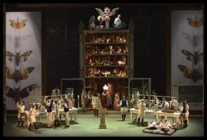 """הקוורטט של ארבעת הנאהבים הרשים בתיאום בן קולותיהם – כאשר המנצח והתזמורת מבליטים דווקא את הפן המחוספס של הליווי ומעניקים גיבוי תזמורתי לאריות של הסולנים ולמורכבות המוצרטית.  בנגינת התזמורת בניצוחו של דניאל כהן צרמה העדר הלכידות בעיקר בשירת ההרכבים שהייתה לעתים """"בזה אחר זה"""" עם התזמורת כשזו האחרונה מנגנת תדיר אחרי השירה. לעתים ניגנה התזמורת משל הייתה ישות נפרדת. גם כששרו בפורטה – היה ברור שגדול יותר חזק יותר הוא לא בהכרח טוב יותר או ביחד יותר.  בחלקה הראשון של האופרה  ניגנה התזמורת בצליל חיוור אך בחלקה השני השתפרה נגינתה. מקהלת האופרה בהדרכת המנצח איתן שמייסר הייתה מצוינת כהרגלה.  הרעיון של במאי הקולנוע הארמני-קנדי אטום אוגיאן להשתמש בשמה של האופרה """"בית ספר לאוהבים"""" ואכן להעלות על הבמה בית ספר ולהפוך את צמד האחיות מנשים בוגדניות לתלמידות בחצאיות פליסה בהירות וגרבי שלושת רבעי שחורות – הפך את האופרה מדרמה מלאת יצרים וכאב ל"""