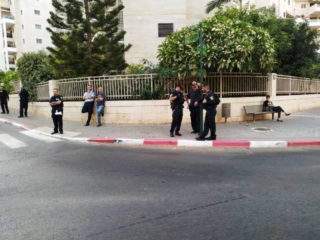 הרבה יותר שוטרים ממוחים -מוחים בודדים מול מאסת שוטרים משועממים (צילום מדף הפייסבוק של סימון)