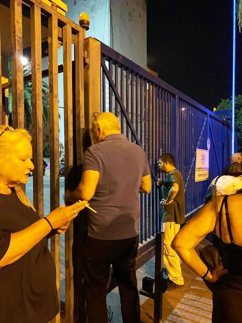 אחרי חצות, ממתינים לחבריהם שישוחררו (צילום: אורנה אנג'ל)
