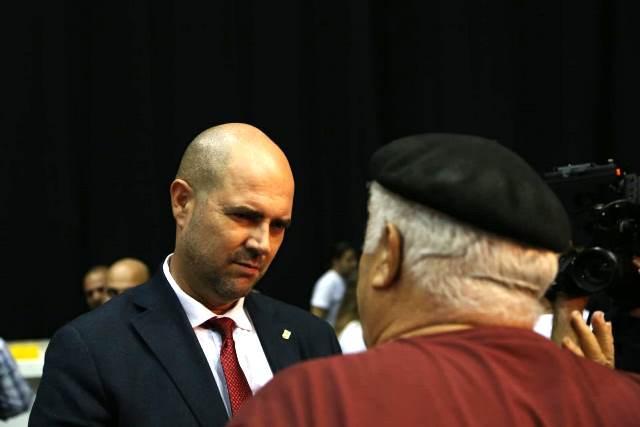 """שר המשפטים וח""""כ אוחנה מקשיב בפנים עגומות לאחד הפעילים בליכוד (צילום: דן בר דב)"""