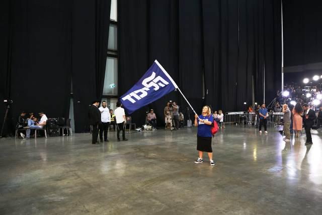 אין אנשים. אין שמחה. אין נאומים. רק דגל אחד בודד במרכז הליכוד (צילום: דן בר דב)