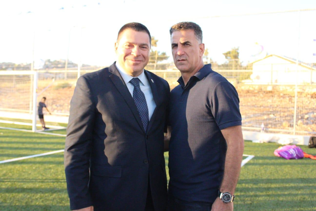 ראש עיריית צפת, שוקי אוחנה ומרקו בלבול, מאמן מכבי חיפה. צילום: עיריית צפת
