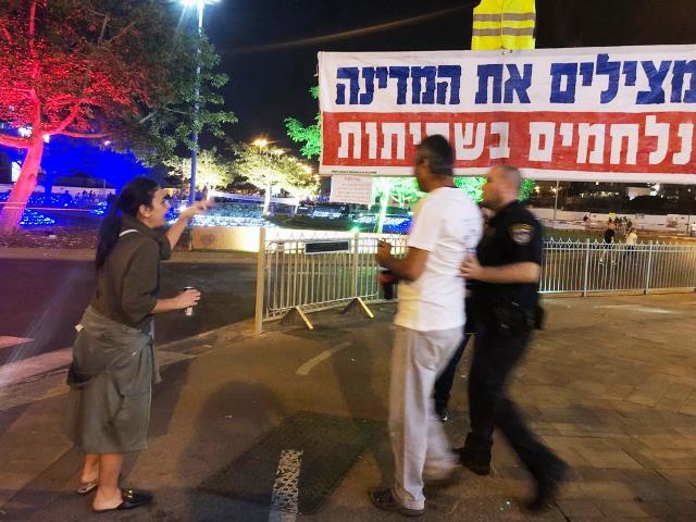 המשטרה ממהרת להפריד בין המפגינים (צילום: ציפי מנשה)