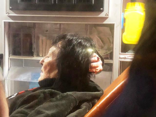 ממתנגדי נתניהו. נחבטה בראשה ופונתה לטיפול (צילום: ציפי מנשה)