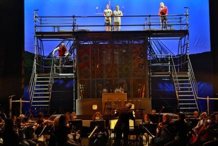 התזמורת ישבה בקדמת הבמה והסולנים שרו על מבנה פיגומים, קרדיט אלעד זיגמן