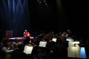 התזמורת על הבמה, וריגולטו מבכה את גורל בתו, ג'ילדה, קרדיט אלעד זיגמן