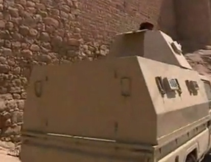 שיריונית של צבא תימן על רקע מצודת רדאע