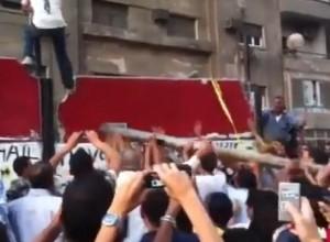 """""""בריחתו המפתיעה של השגריר""""? ההפגנה מול שגרירות ישראל בקהיר, ספטמבר 2011"""