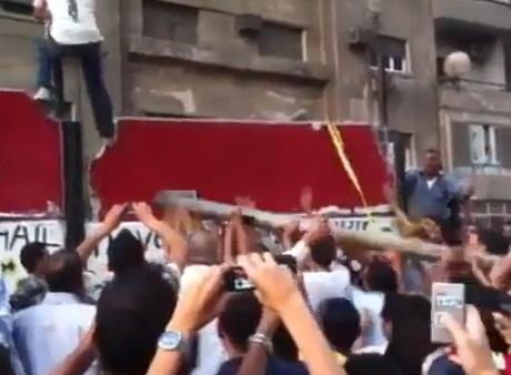שגריר ישראל עזב את קהיר. חשש מפריצה לשגרירות
