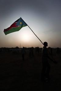 אזרח דרום סודאני מנופף בדגל המדינה החדשה (Wikimedia/Steve Evans)