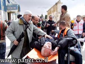 פינוי פצוע מרחבת אל-אקצה בהר-הבית מוקדם יותר היום (צילום: Panet)