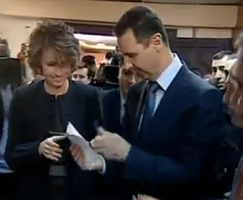 הנשיא בשאר אסד ואשתו אסמה מגיעים לקלפי במשאל העם בסוף פברואר