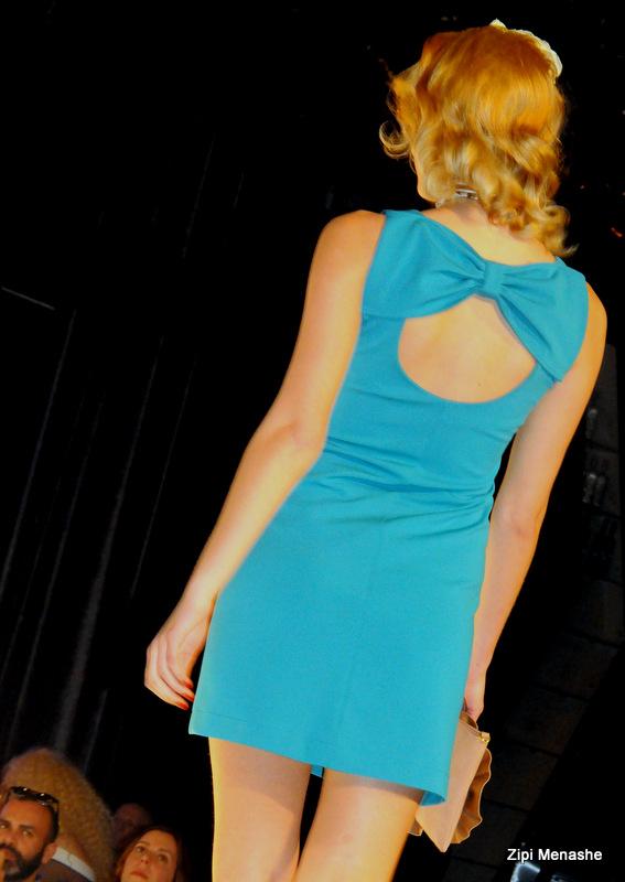 פפיון בגב השמלה בתצוגת גולברי