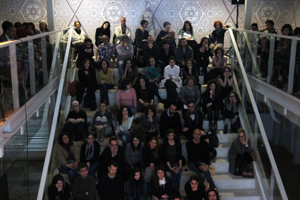 קהל של עיתונאי, מעצבי, וחובבי אופנה בפורטפוליו לייב 3
