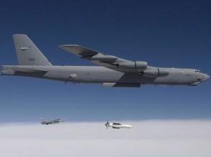"""נושא """"מפצחת בונקרים"""". מפציץ B-52 (צילום: משרד ההגנה, ארה""""ב)"""
