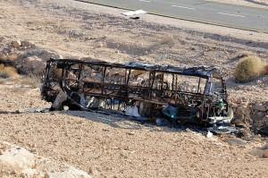"""אחרי הפיגוע. האוטובוס בכביש 12 (צילום: דו""""צ)"""