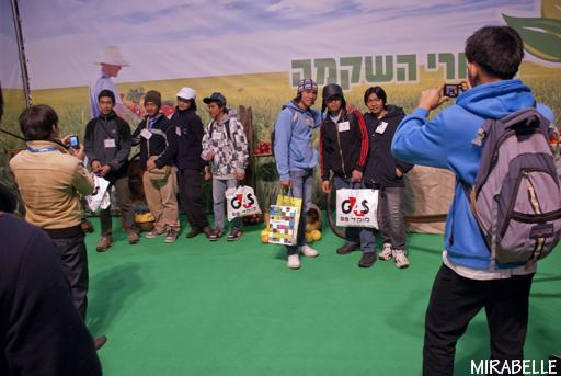 קבוצת סטודנטים ממדינות שונות באסיה, שלומדים לימודי חקלאות במסגרת חילופי סטודנטים במכללת רופין. תערוכת אגרומשוב 2012