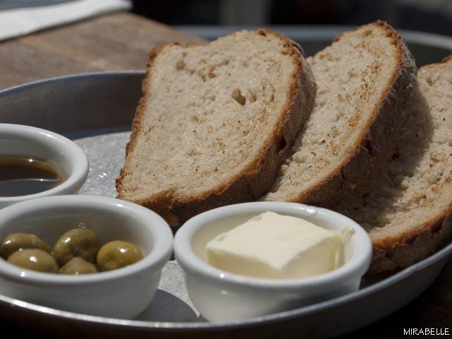 לחם טרי שנאפה במקום