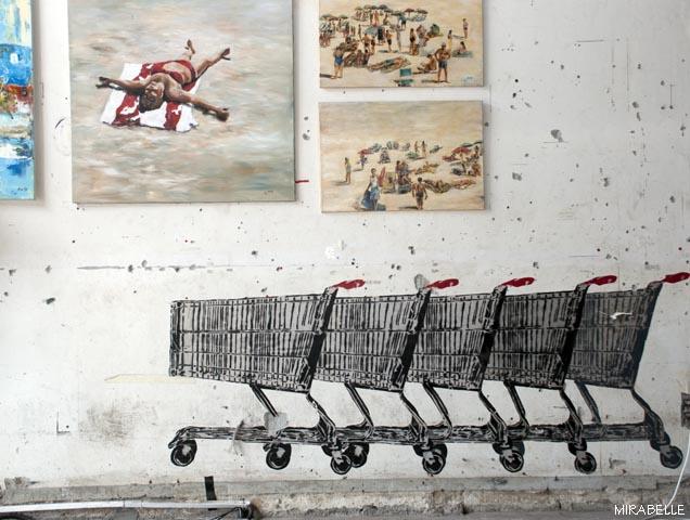 עגלות הסופרמרקט הם בילד-אין. העבודות הן חלק מתערוכת יחיד של אניטה ארבע