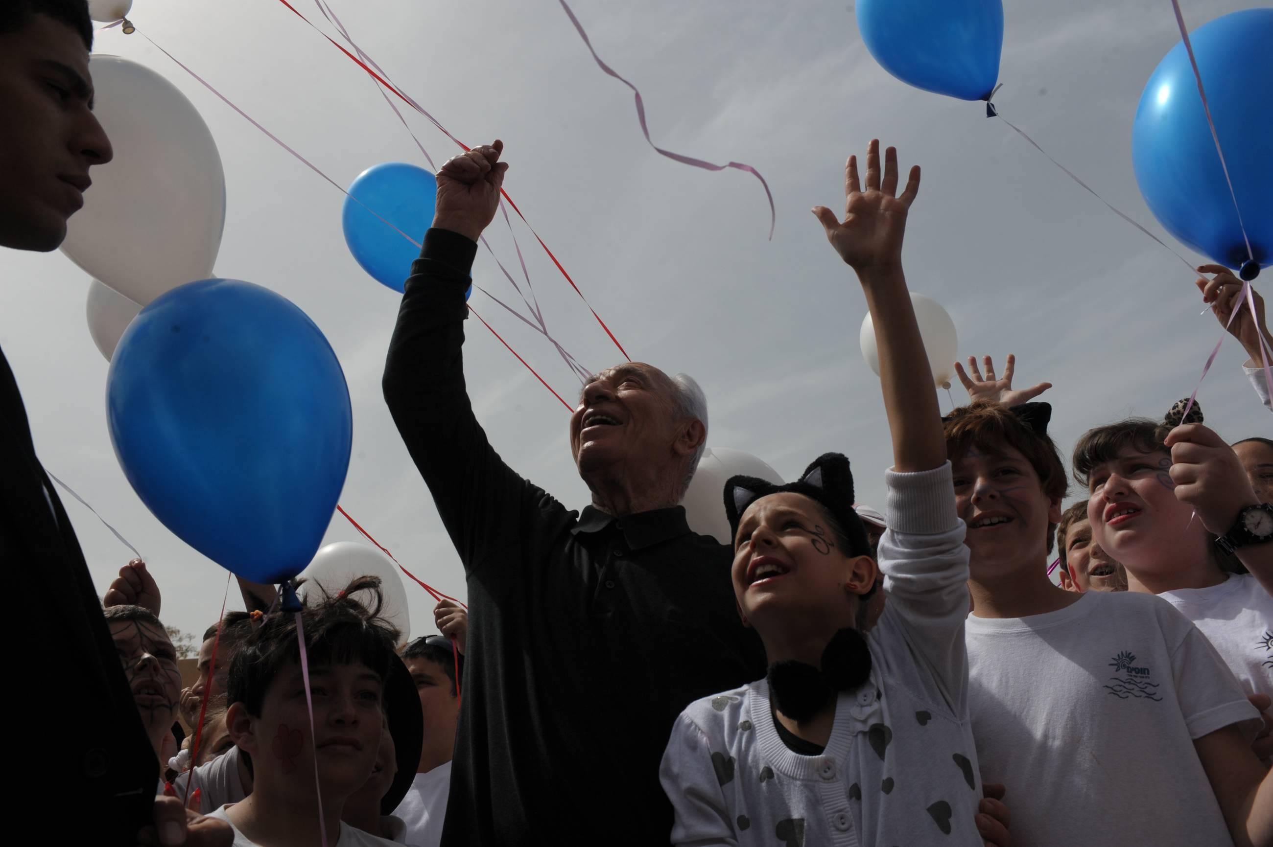 הנשיא פרס הפריח בלונים לעזה, ביחד עם ילדי יד מרדכי