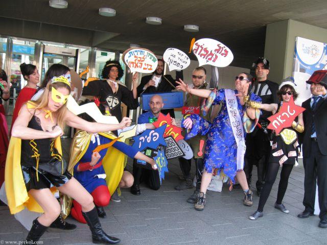 גיבורי על ורשעים בכניסה לבניין העיריה