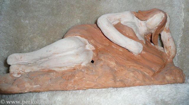 פסל של אשה שוכבת