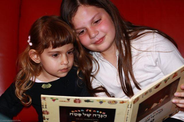 ילדות קוראות בהגדה