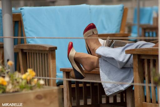 רגל על רגל, בבית קפה על חוף הים בתל אביב. צילום: מירה-בל גזית