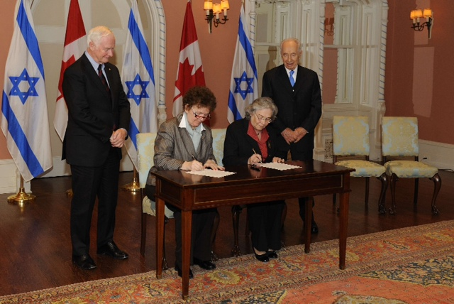מימין לשמאל: נשיא המדינה מר שמעון פרס, נשיאת האקדמיה הלאומית הישראלית למדעים פרופ' רות ארנון, נשיאת האקדמיה המלכותית למדעים של קנדה, פרופ' יולנדה גריזה