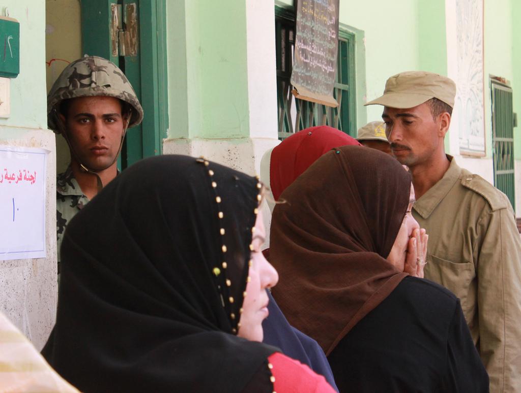 אנשי צבא וביטחון בכניסה לקלפי בעיר אל-מחלה אל-כּוּבּרא (Flickr/Nehal ElSherif)