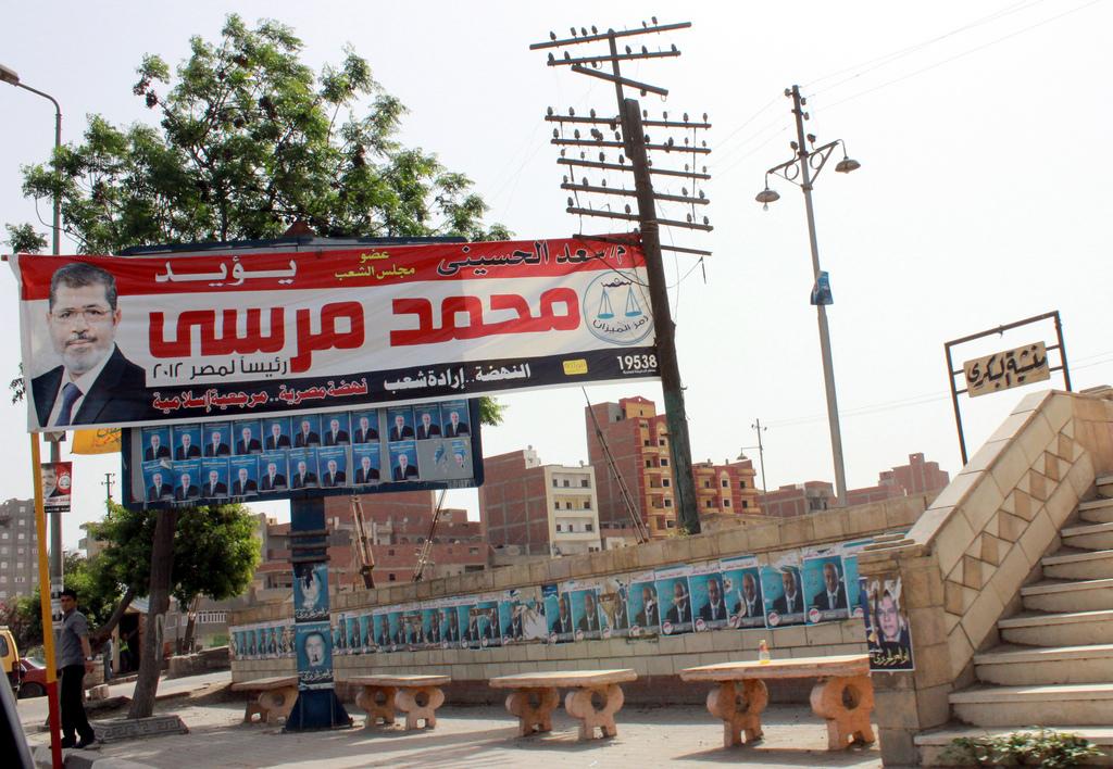 """כרזות תעמולה של מועמד """"האחים המוסלמים"""", מוחמד מורסי, בעיר אל-מחלה אל-כּוּבּרא (Flickr/Nehal ElSherif)"""