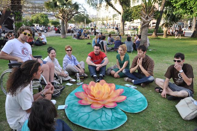 אי של שפיות פרח בכיכר רבין לקראת ה-12 במאי
