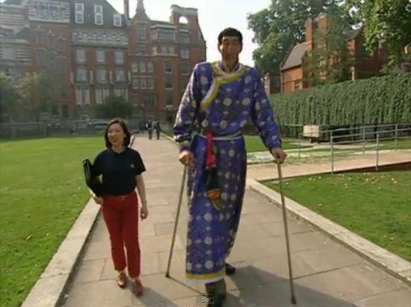 שי שון ממונגוליה, 2.36 מ', עם אשה ממוצעת