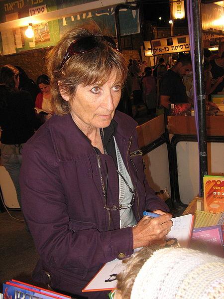גלילה רון־פדר-עמית חותמת על ספר בשבוע הספר, יוני 2008 (צילום: ויקיפדיה)