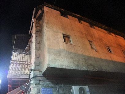 לפחות 50 איש מתגוררים בבניין שהוצת (צילום: שירותי כבאות ירושלים)