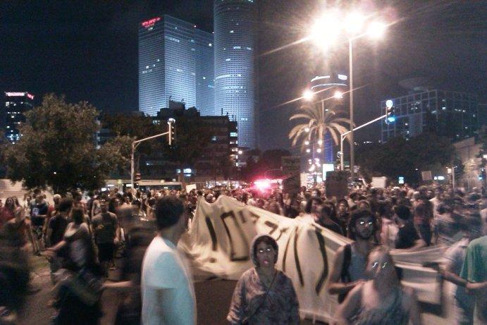 אלפים צעדו ברחובות הערים, אך האם המפלגות השתלטו על המחאה?