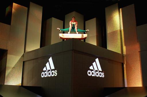 המתעמל לואיס סמית' באירוע השקת מדי הנבחרת האולימפית הבריטית. עיצוב: סטלה מקרטני לאדידס.