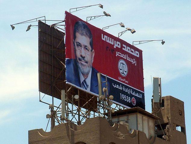 שלט תעמולה של מוחמד מורסי על גג בניין בקהיר (Wikimedia/Faris Knight)