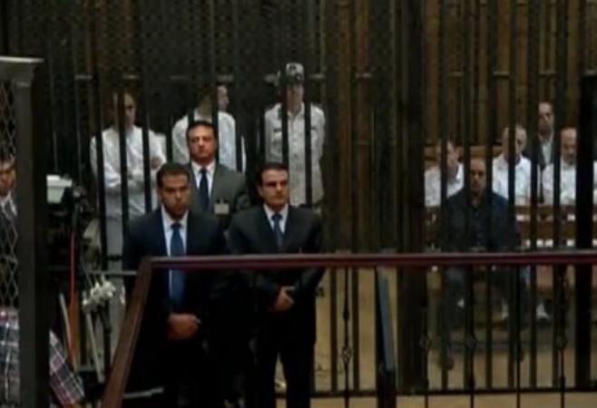 בניו של מובארק שומעים את גזר הדין בכלוב בבית המשפט בקהיר