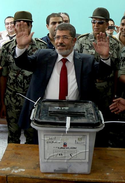 מוחמד מורסי, מועמד האחים המוסלמים, מצביע בקלפי בקהיר תחת אבטחה כבדה (AFP Photo/Marwan Naamani)