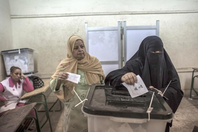נשים מצריות מצביעות בקלפי בקהיר, אתמול (Daniel Berehulak /Getty Images)